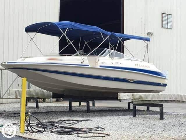 2003 Larson 234 Escape Deck Boat - Photo #2